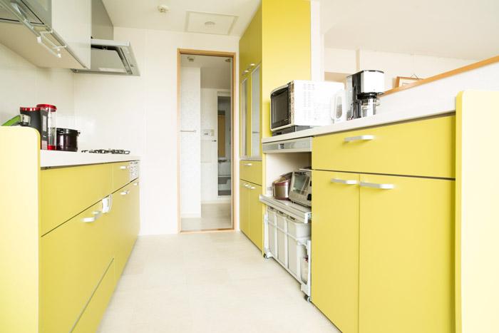 間仕切り壁を外し、向きも変えることで動線を快適にしたキッチン。収納スペースもたっぷりと確保している