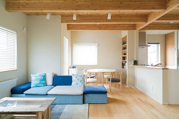 カラマツの天井とカバの無垢床に包まれ、軽やかな温もりにあふれたリビング