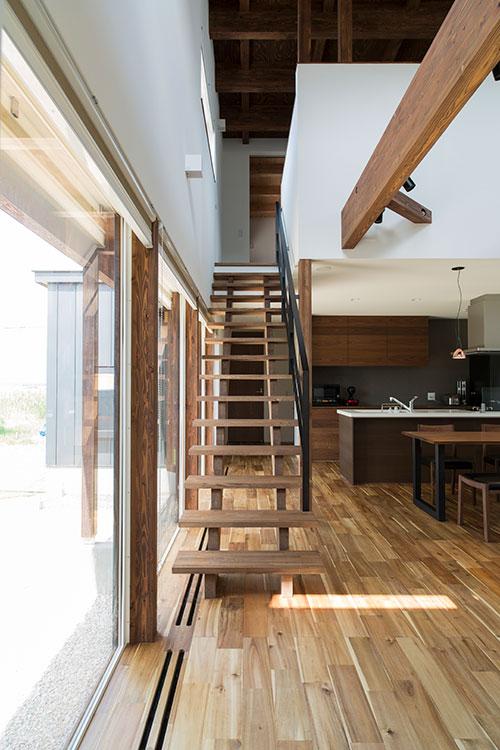 家全体が把握できる見通しのよい空間デザイン。梁や天井などには道産カラマツを使用し、塗料には木目の美しさが際立つものを選んだ