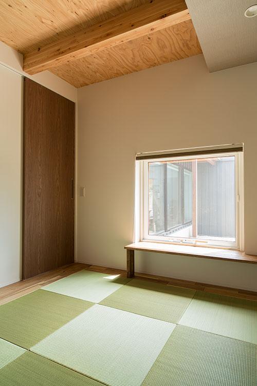 1階左奥にある和室。床に座りながら中庭を眺められる高さに窓を配置している