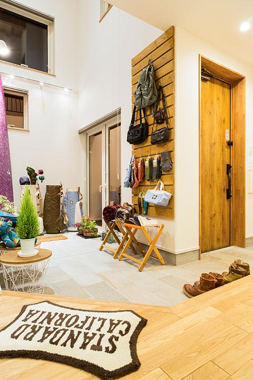 玄関とつながった土間はギャラリースペース。ご主人が経営する店の商品や、趣味のロングボードなどをディスプレイ。「店のお客さまを招いて、コーヒーでも飲みながらゆっくり商品を見てもらえるスペースになればいいなと思っています」