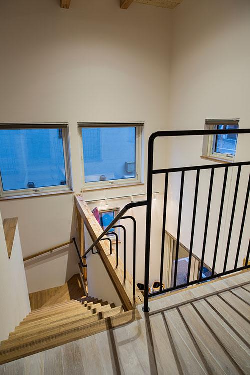 階段には黒いアイアンの手すりを付け、白を基調とした空間を引き締めている