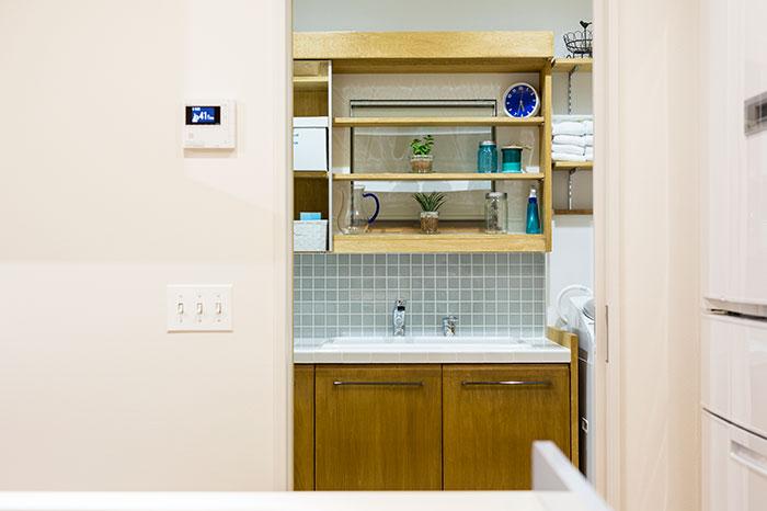 キッチンの奥にはユーティリティスペースがあり、近い距離でほとんどの家事をこなすことができる