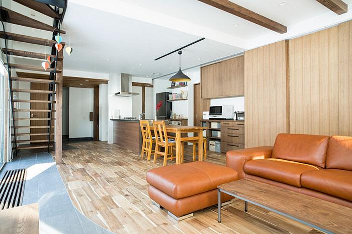 写真右手にある6枚の引き戸を用いてキッチン収納などを覆い隠し、空間をすっきりと見せることができる