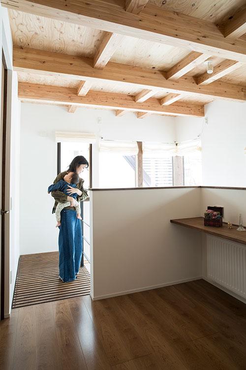 造作デスクを設置した2階のフリースペース。2階の天井は、美しい道産カラマツの構造材を見せるデザインで統一