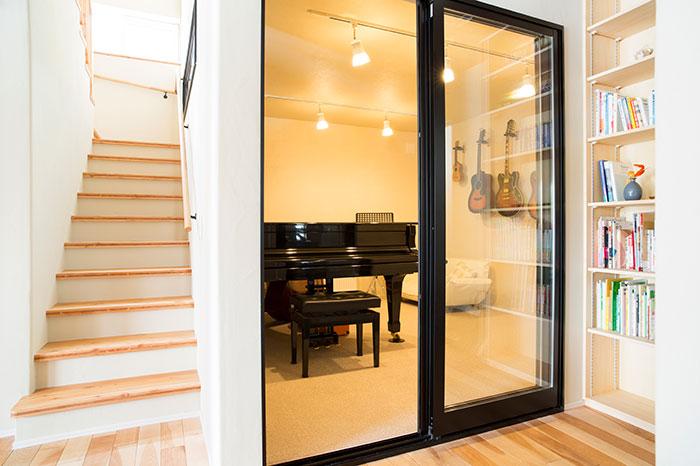 音楽室はガラスの引き戸によって室内が見えるデザインとし、1階全体の空間に広がりをもたせている