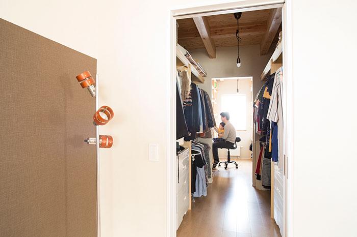 主寝室の奥にはウォークインクローゼット、さらにその奥には納戸を設置。納戸にはIT系企業に勤めるご主人のPCを置き、ちょっとした作業も行えるようになっている