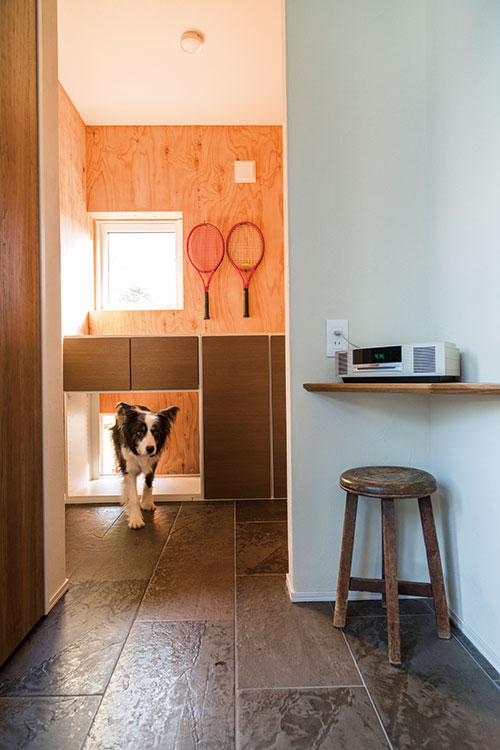 土間の最奥部にある書斎。犬が屋内外を往来できる小さな出入口が設けられ、建物の周囲を半周できるドッグランへと続いている