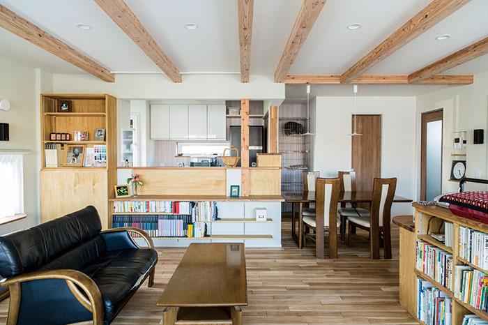 キッチン周りの造作家具。キッチンの右側にはキャットケージや猫との共用トイレがあり、猫はケージ下部の出入口から直接トイレに行くことができる