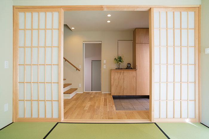 和室から見た玄関の様子。ゆとりのあるスペースが確保されている。奥に見えるのは、多目的に使用できる趣味室。さらに奥の出入口で車庫ともつながっている