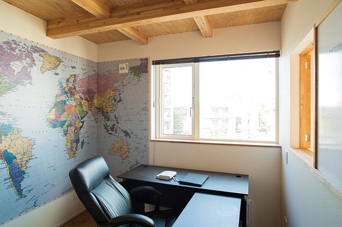 3階の洋室はご主人の書斎に。世界地図の壁紙が印象的