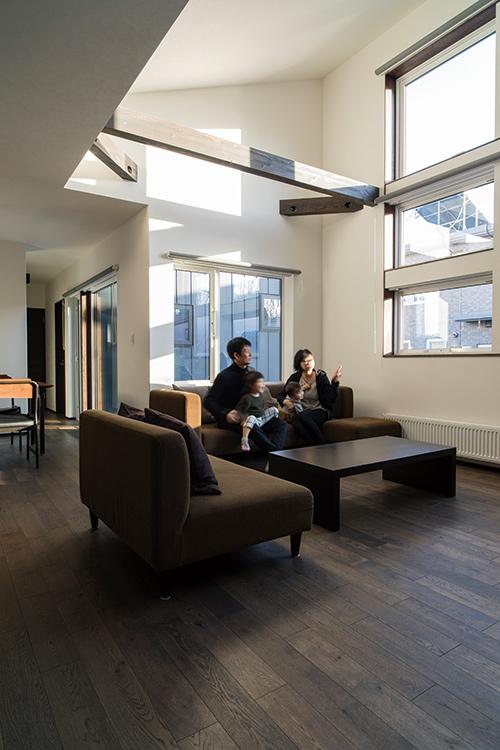 吹き上げ天井によって、平屋とは思えない開放的な空間になったリビング。大開口からたっぷりと光が射し込む