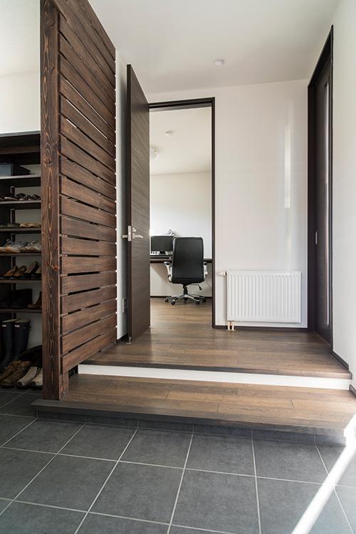 玄関の土間とつながっているシューズクローク。「娘が2人なので、大きくなったら靴が増えるだろう」と、将来を見据えて大容量に。奥に見えるのはご主人の書斎