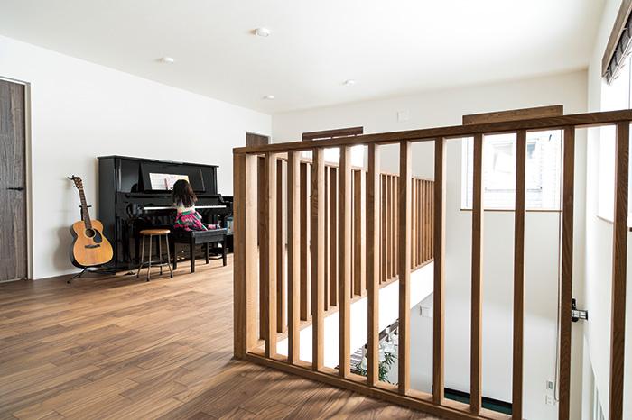 2階の各居室をつなぐフリースペースには、娘さん用のピアノを設置。ご主人がギターを弾き、娘さんとのセッションを楽しむことも