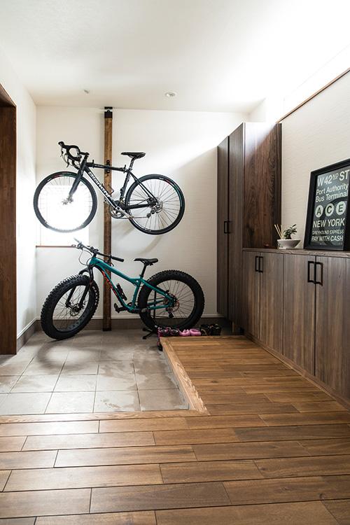 広々とした玄関には、ご主人の趣味であり通勤手段でもある自転車2台が収まるラックを設置