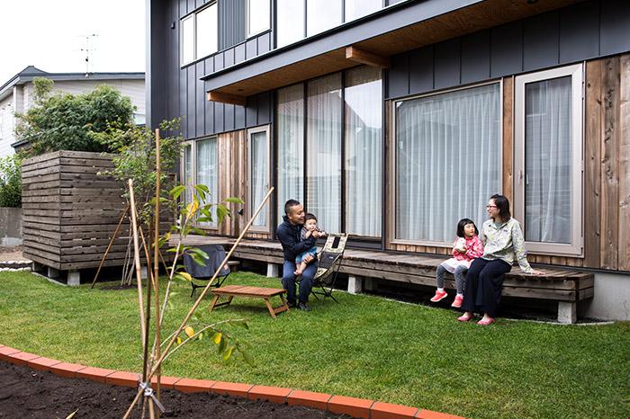 広々とした芝の中庭と囲いを設けたウッドデッキ。周囲の視線を気にせずに外でくつろぐことができる