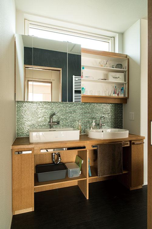 2つのボウルを並べて使い勝手をよくした洗面コーナー。ドアがないのでキッチンや洗濯脱衣室へスムーズに移動できる