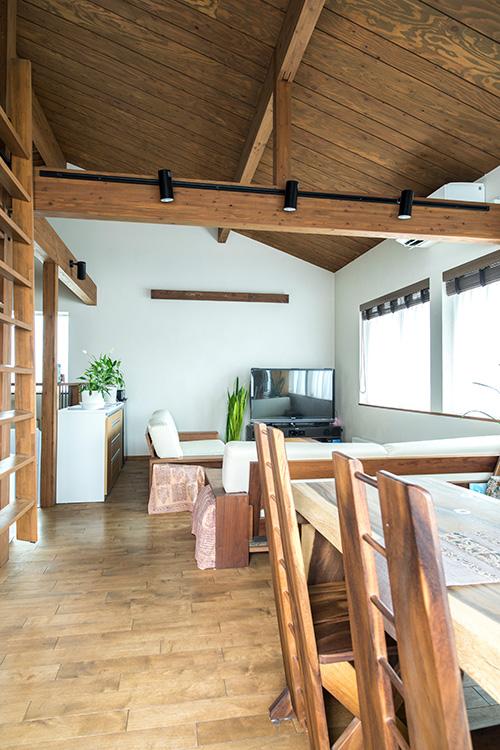「性能面だけではなく、木の温もりが感じられる空間がとても気に入ったので」と購入理由を教えてくれたAさん。リビング・ダイニングはそれを象徴するように、天井や床、家具に至るまで多彩な木材が使われている