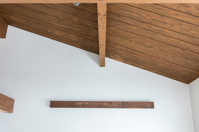 リビング・ダイニングは、カラマツ材の天井と珪藻土の塗り壁で構成。自然素材を組み合わせ、時間帯によってさまざまに表情を変える飽きのこない空間に