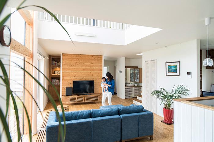 ダイニングから見たリビング。テレビ台の背面は、道産カラマツの木壁に。白を基調とした空間のよいアクセントになっている