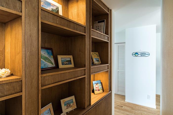テレビ台の裏手には、リゾートホテルの本棚をイメージした見せる収納スペースが。書籍やご家族の写真などが収められている