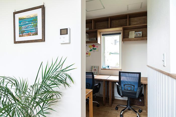 デスク3台を収容したワークエリアは、お子さんの勉強やご主人の仕事などに活用。LDK隣接ながら、間仕切りで半個室となっており、落ち着いて作業に取り組むことができる