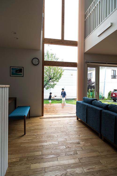 1階フロアは、屋内からそのままウッドデッキにつながるイメージでデザインされ、とても開放的な空間に