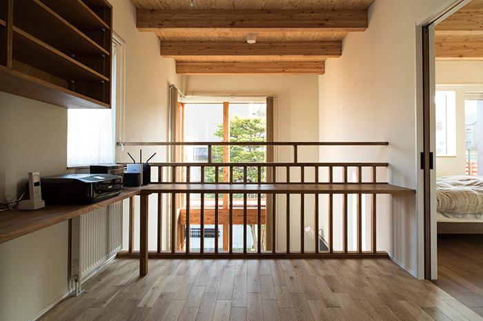 2階のフリースペースにはカウンターを造作。全体的に木の温もりが感じられる空間は、Hさんが三五工務店を選ぶ決め手になったそう
