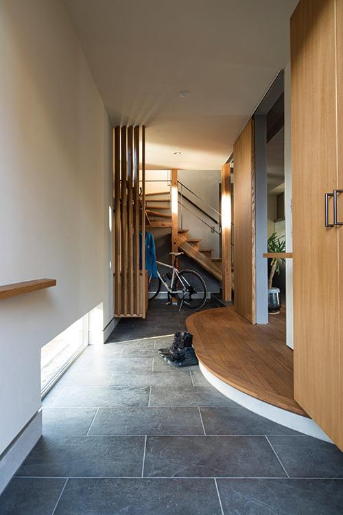 奥行きが5メートル以上ある玄関土間。奥のスペースは、スノーボードのワックスがけなどの作業ができるようにデザインされている