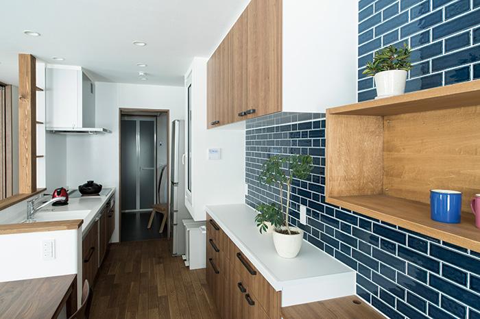 ダイニング・キッチンからユーティリティ、バスルームまでを一直線に並べ、家事をスムーズに。写真左側の廊下からもユーティリティにアクセスできる回遊性もポイント
