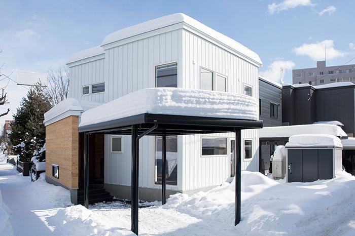 国道沿いに建つEさん宅。白のガルバリウム鋼板で仕上げたモダンな外観
