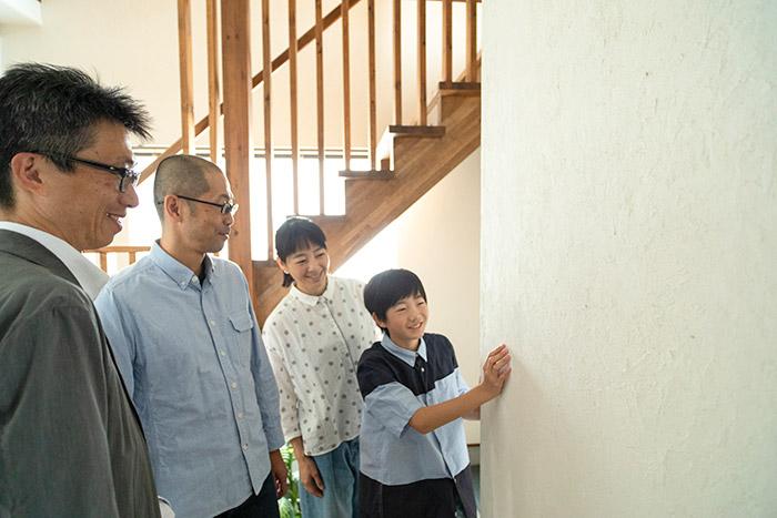 1階の壁の一部は、新築時にご家族で塗った。時が経っても、楽しかった思い出とともにずっと残りつづける場所