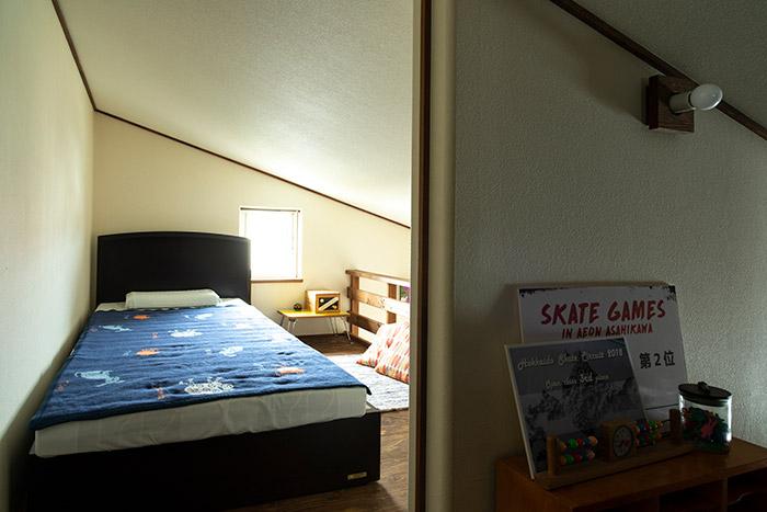 2階のキッチンから子ども部屋の上にかけてロフトが設けられている。写真は子ども部屋の上の様子