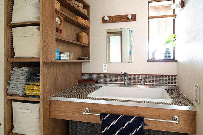1階洋室に面した位置にある広々としたユーティリティ。洗面台の周囲には、奥さんがセレクトしたアンティーク調のタイルが張られている