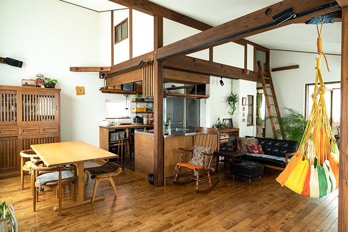 2階に配置されたLDKは、木のぬくもりが感じられる明るい空間に。キッチン上には片流れ屋根を活かしたロフトがあり、収納力確保のほか、キッチンまわりをカフェ風に演出する効果も。「ロフトは子どもたちの遊び場にもなっていますね」と笑うのは奥さん