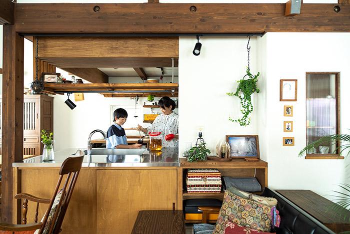 木の表情が豊かな対面式のキッチン。「キッチンもかなり打ち合わせをして構成したので、10年間ほとんど何もいじらずに使っています」と奥さん