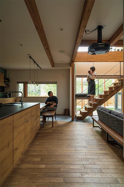 キッチンカウンターはLDKの雰囲気に合わせて造作。腰壁は収納スペースにもなっている。フローリングには無垢のナラ材を使用