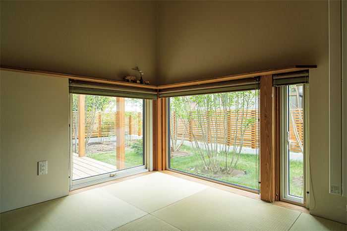 和室の窓は、床に座ったポジションで庭が美しく見える高さに。窓枠の上には、写真や小物などを飾ることができる