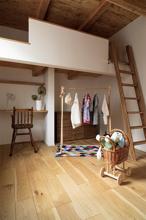 2階の子ども部屋にはロフトを設け、その下をデスクと収納のスペースとしている