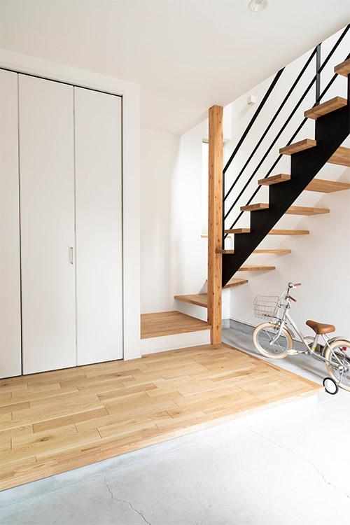 外観から一転して、白を基調としたインテリア。広い玄関土間には自転車などを置くことも可能