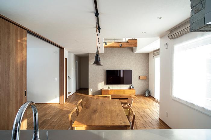 キッチンから見たリビング・ダイニング。将来的なご両親との同居も見据え、リビングに隣接する予備室を設けた。引き戸を開ければ、リビングとの一体感は抜群