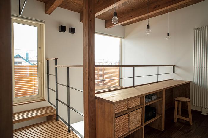 2階の吹き抜けまわりには、ベランダにアクセスできるキャットウォークと、ちょっとした仕事や家事などに使えるカウンターを設置。将来は子どもの勉強机としても活用できる