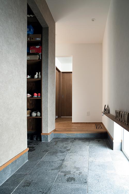 細長く伸びる玄関土間。Tさんがスノーボードやスキーのワックスがけを行うことができるよう広めに設計されている